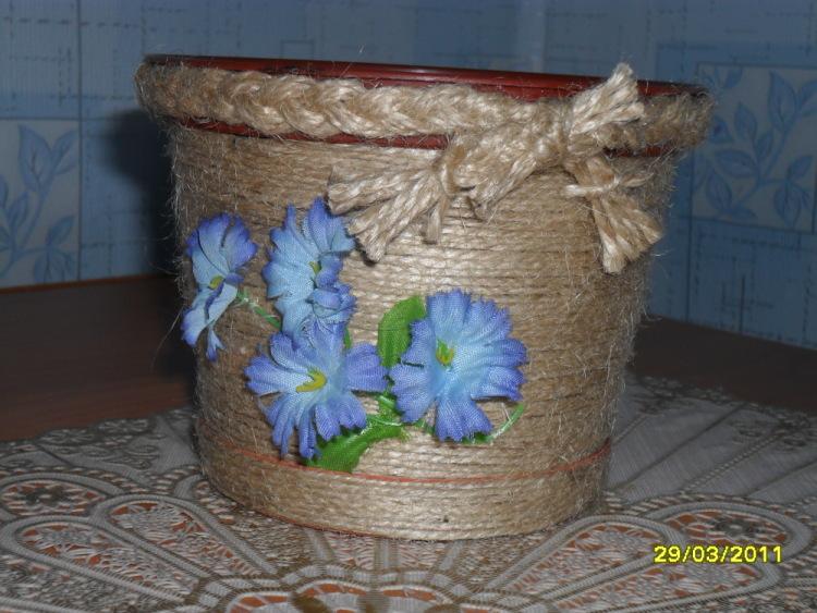 Как украсить цветочный пластмассовый горшок своими руками