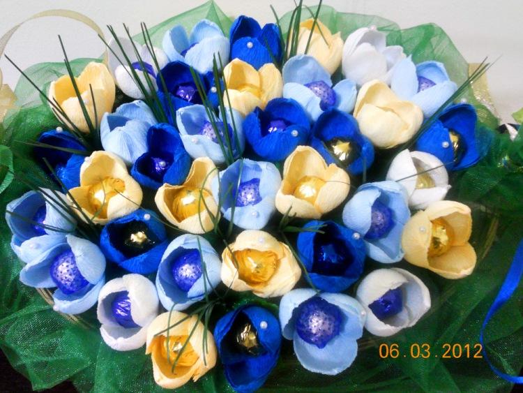 Синий цветок из гофрированной бумаги своими руками